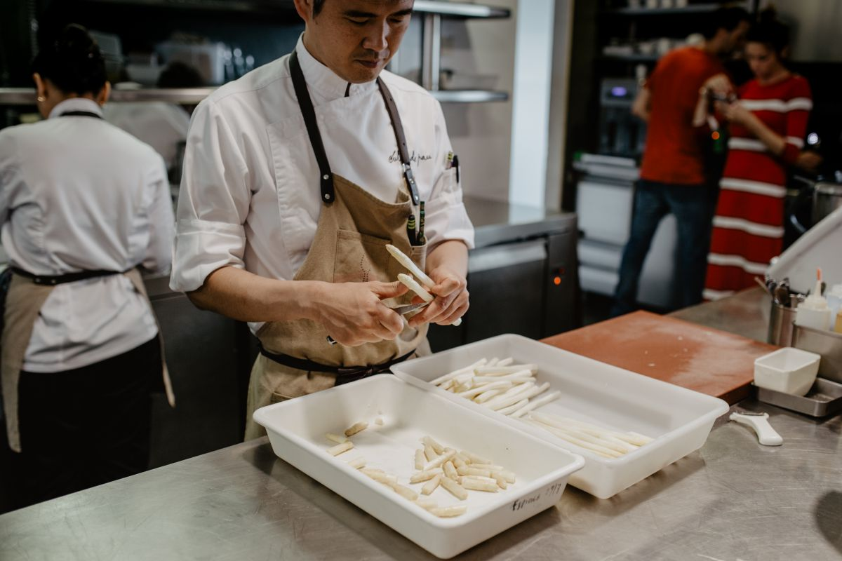 El chef japonés, Taka, cortando espárragos en la cocina del restaurante 'Culler de Pau', en O Grove, Pontevedra.