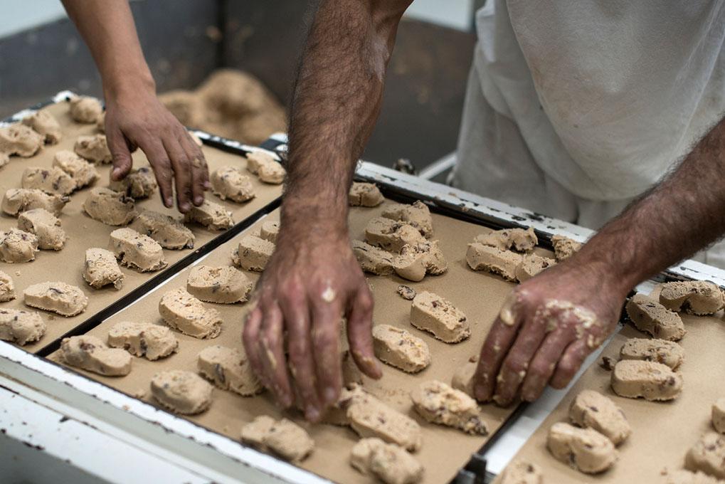 Los polvorones salen de la cortadora camino al horneado.