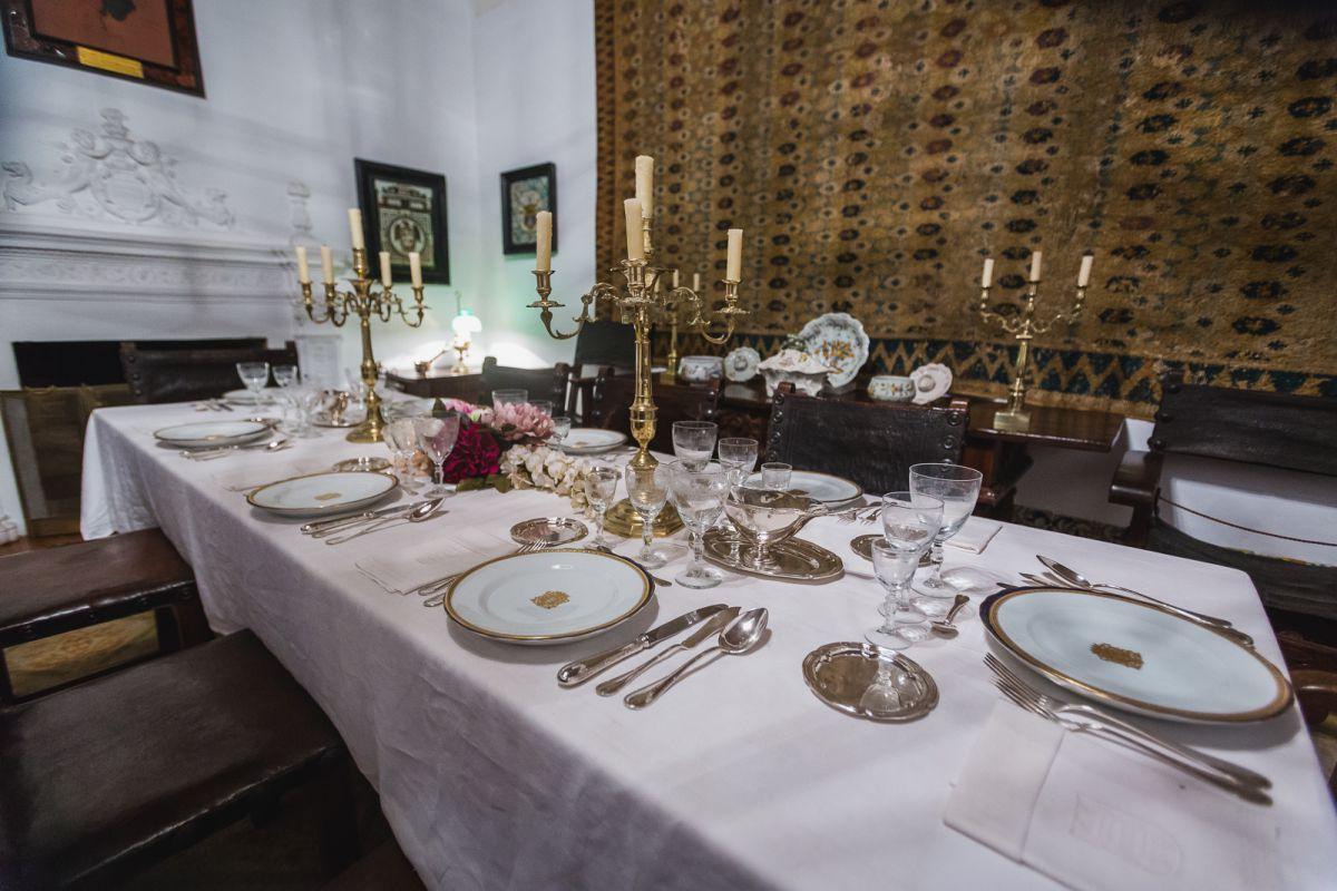La mesa está lista como si en cualquier momento los marqueses te pidieran que te quedaras a comer.
