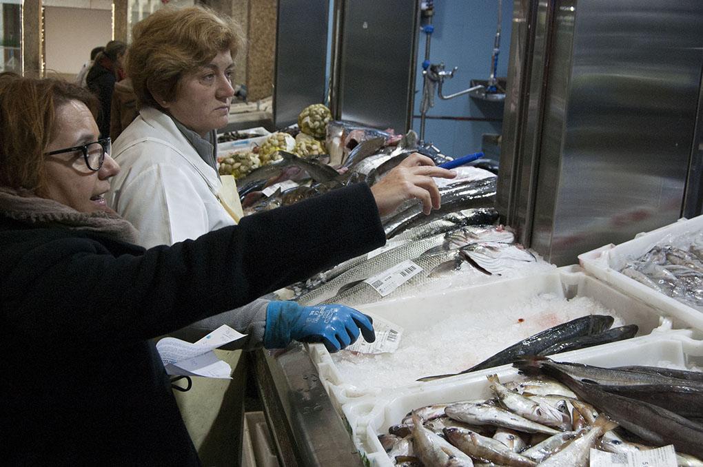 Marta elige el pescado que mandará a una clienta extremeña.
