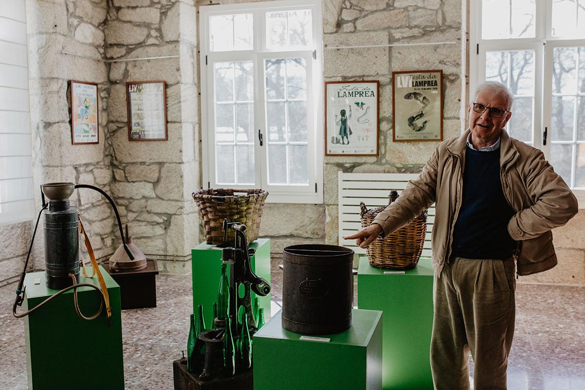 Guillermo muestra aparejos del vino en el Centro de Interpretación.