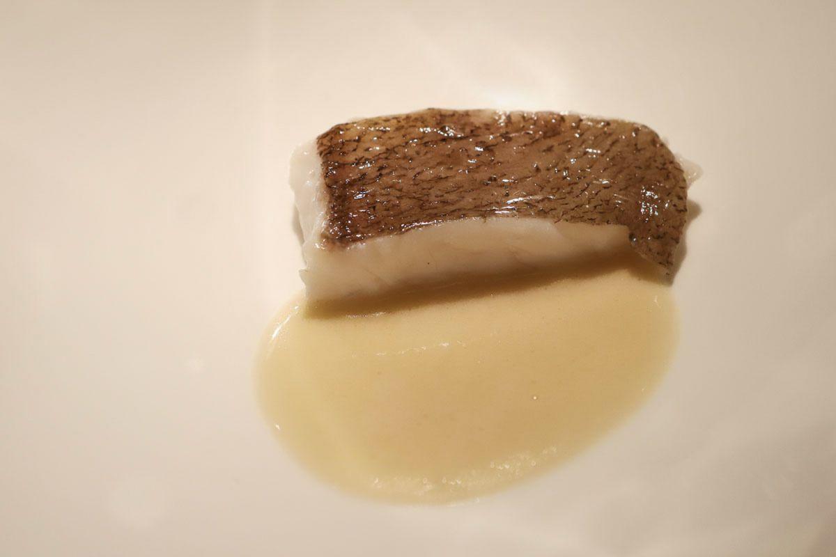 Plato de lenguado con jugo de almejas del restaurante Nerua.