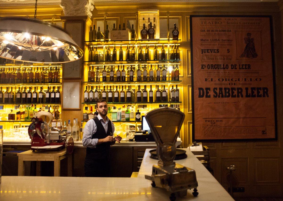 Sólo la decoración de este bar ya se merece una visita.