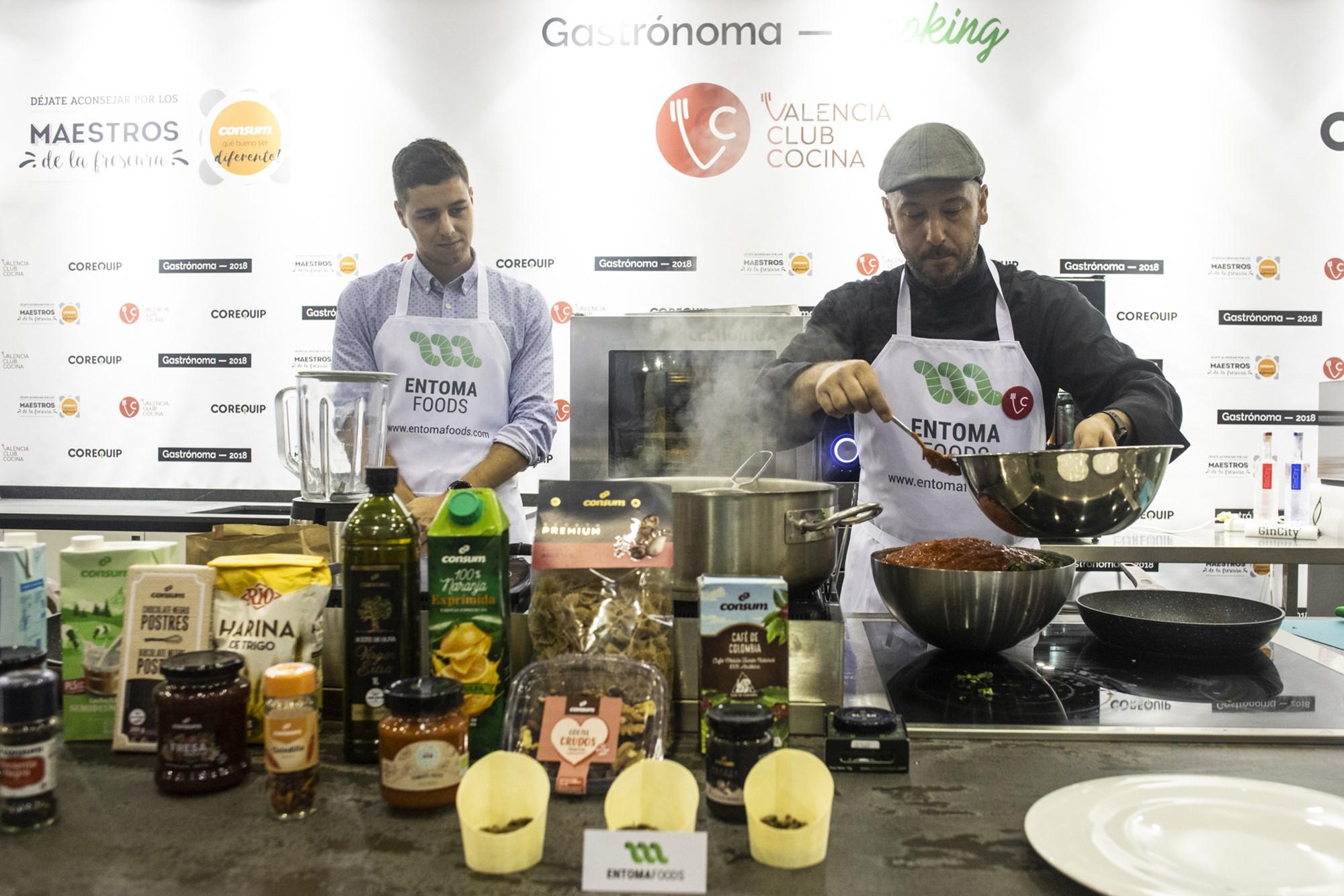 Profesionales de 'Entomafoods' muestran sus técnicas culinarias con insectos.