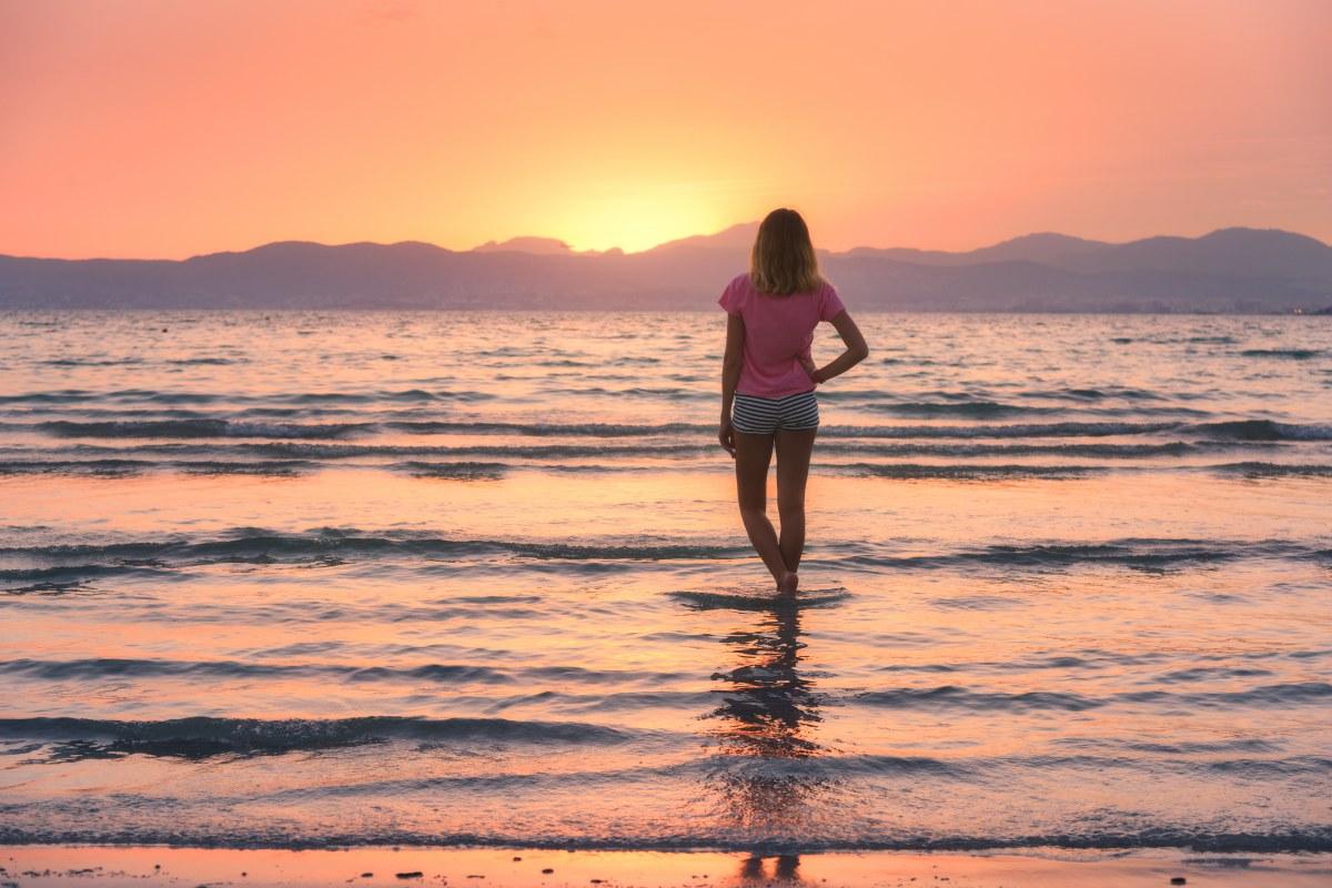 Momentos como un atardecer en la playa enriquecen nuestra experiencia en vacaciones. Foto: Shutterstock.