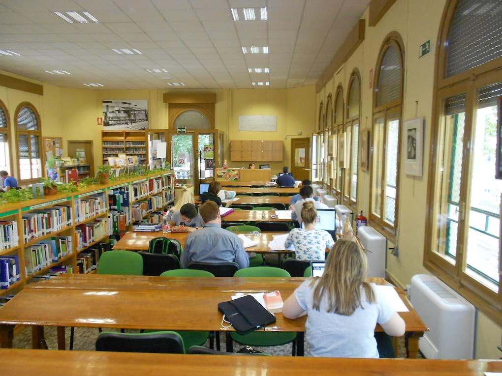 De salón de baile a biblioteca, tiene un importante apartado dedicado a Lorca. Foto: Biblioteca Pública Municipal Salón.