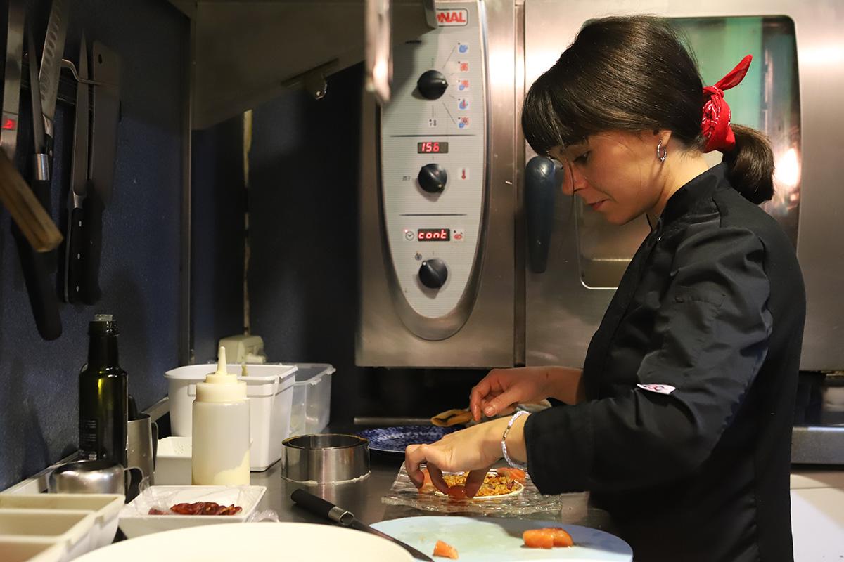Rebeca Barainca ultimando los detalles de un plato en la cocina