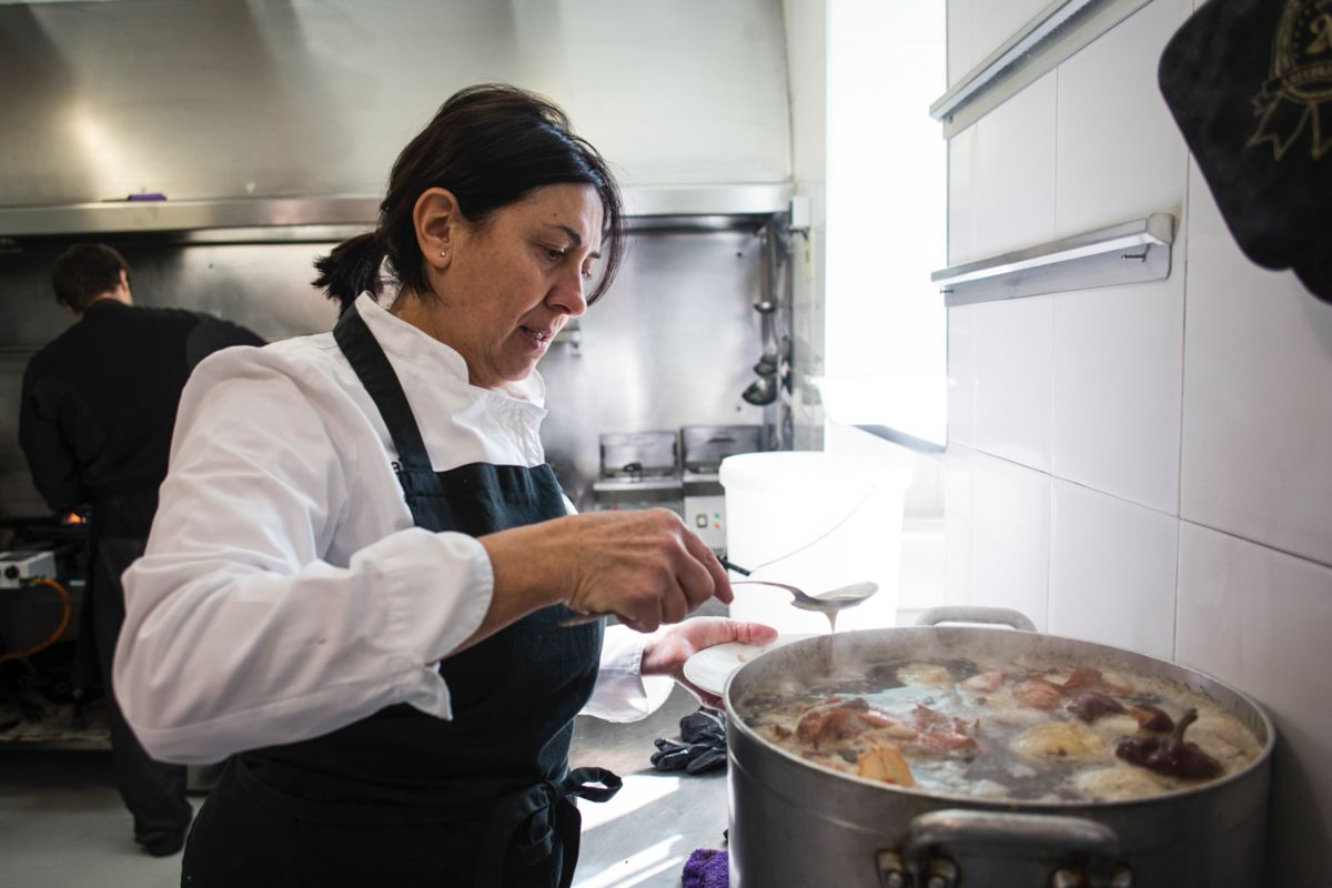 Ana Ferrer preparando este arroz con ingredientes que traen frescos a diario.