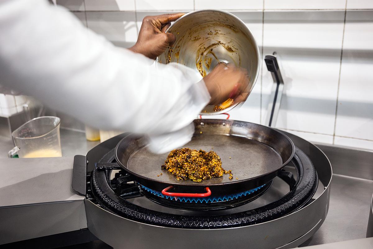 Se colocan los ingredientes como primer paso.