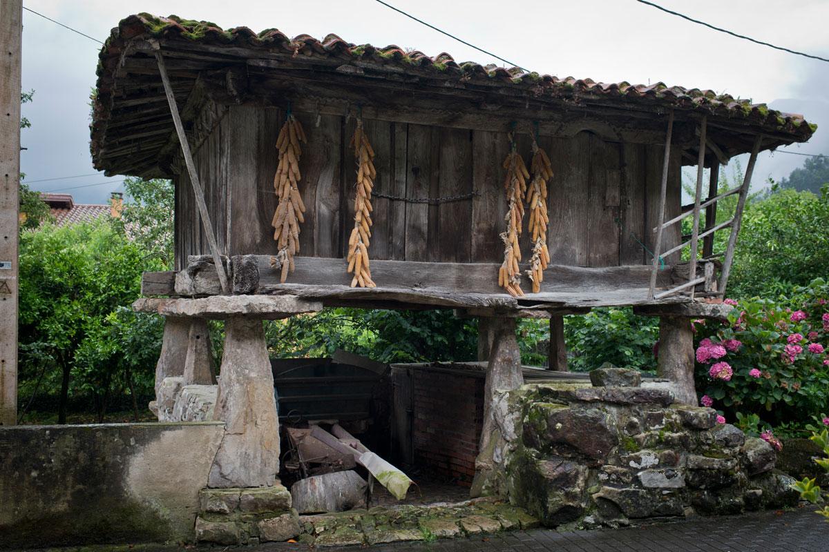 Los hórreos asturianos se conservan tal cual en Cueves del Agua.