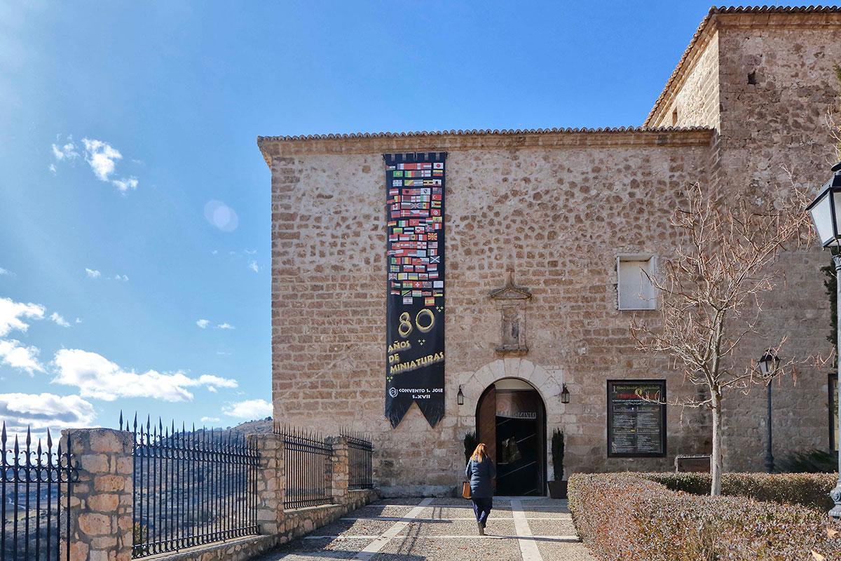 La fachada del Museo de las Miniaturas no revela lo que se oculta dentro.