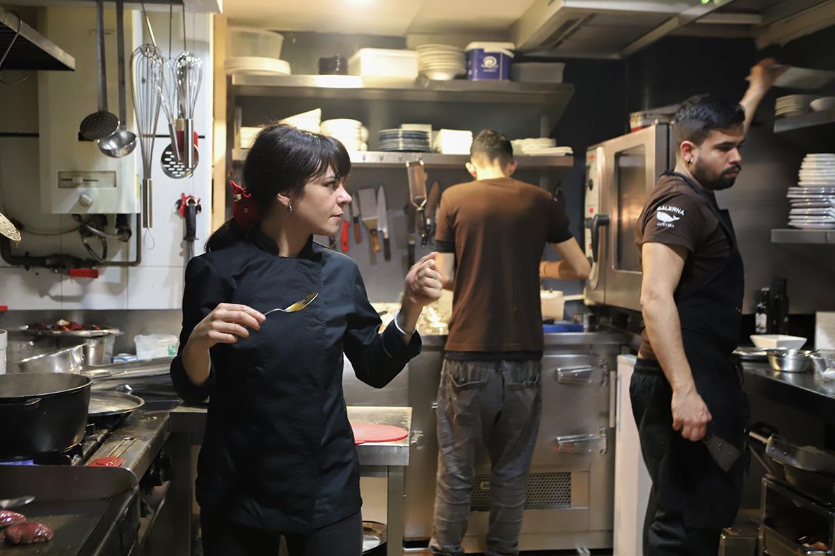 Rebeca y Jorge trabajando codo con codo en la cocina.