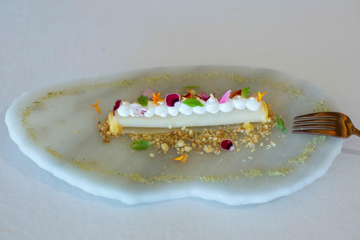 Su postre Canelón de Cidro Etrog de Palmera, merengue y azúcar de tomillo.
