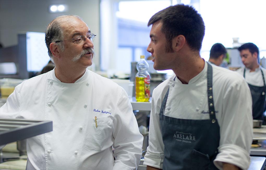 El chef con uno de sus cocineros.