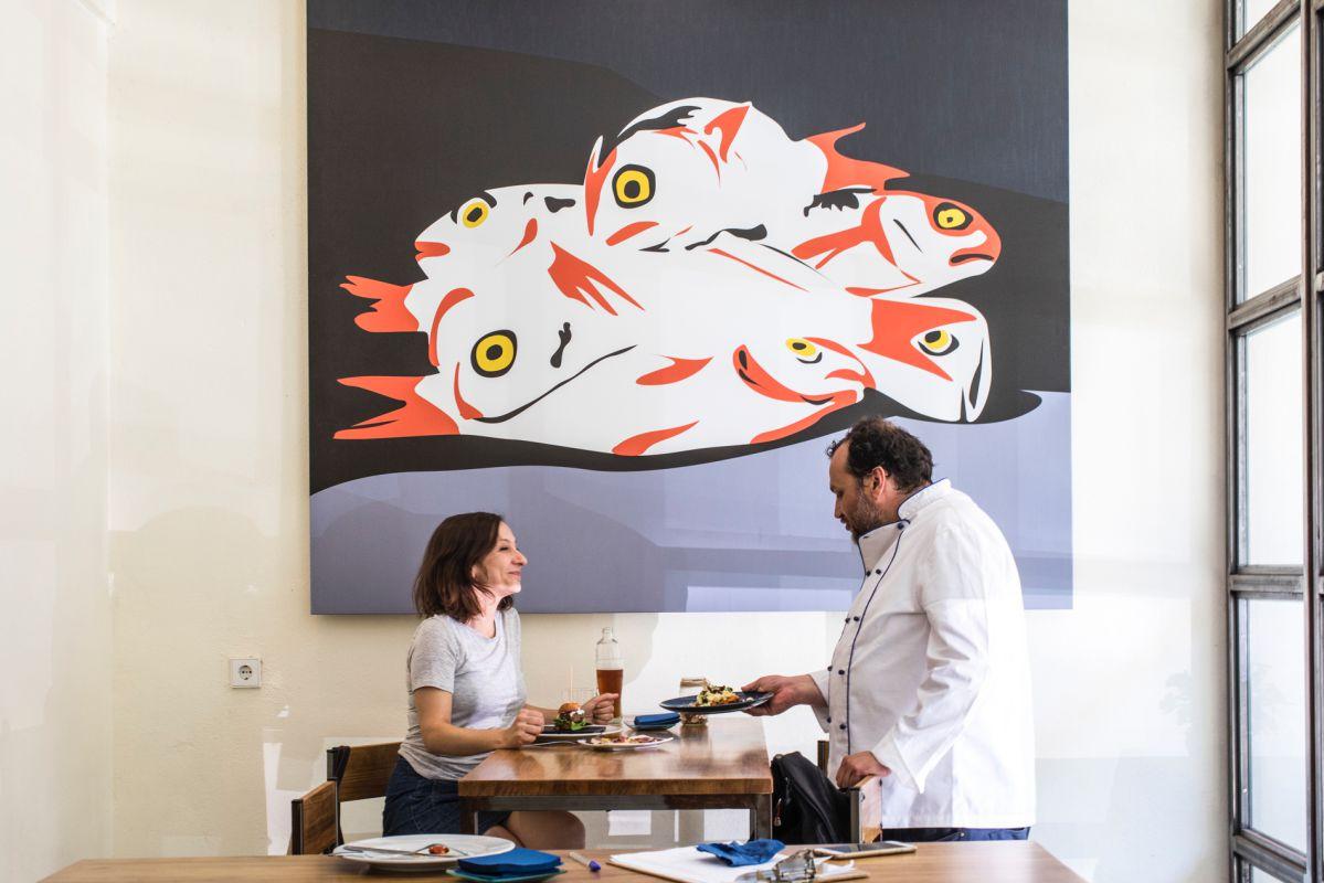 Una comensal es atendida por el chef, Cristóbal Lisart, del bar Tofolet, en Valencia.