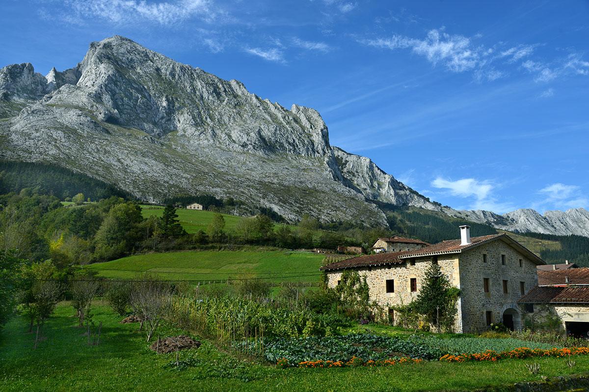 Amboto: Caserío en el valle de Arrazola con el Amboto al fondo.