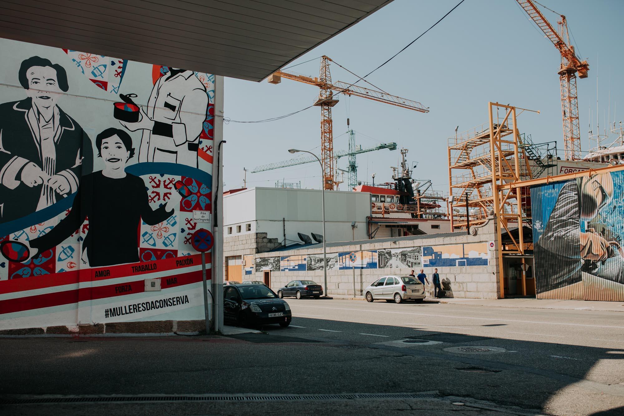 Junto al puerto, vemos los rostros de tres mujeres que dedicaron su vida a la industria conservera.