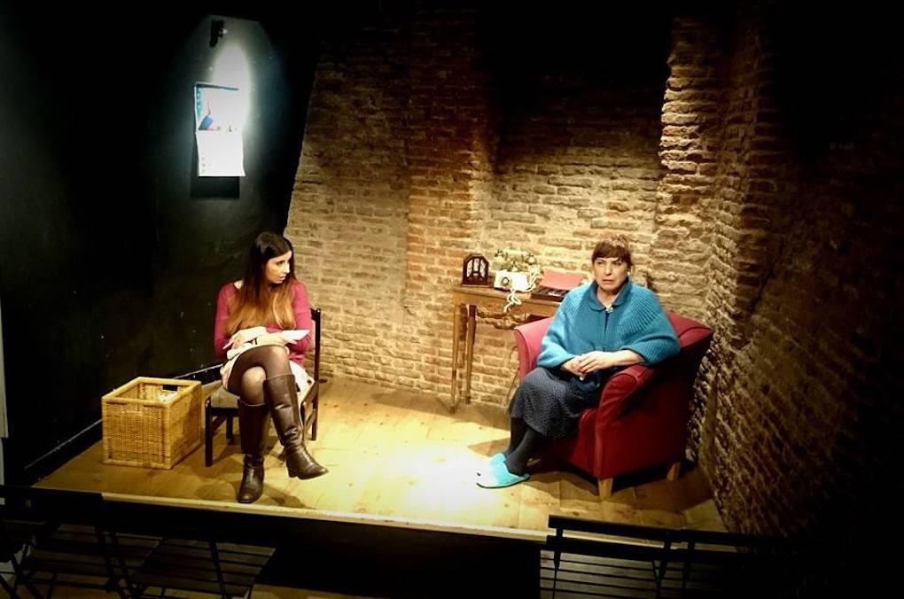 Sobre el escenario, un momento de una representación en la sala de teatro de 'La Infinito'. Foto: Facebook.