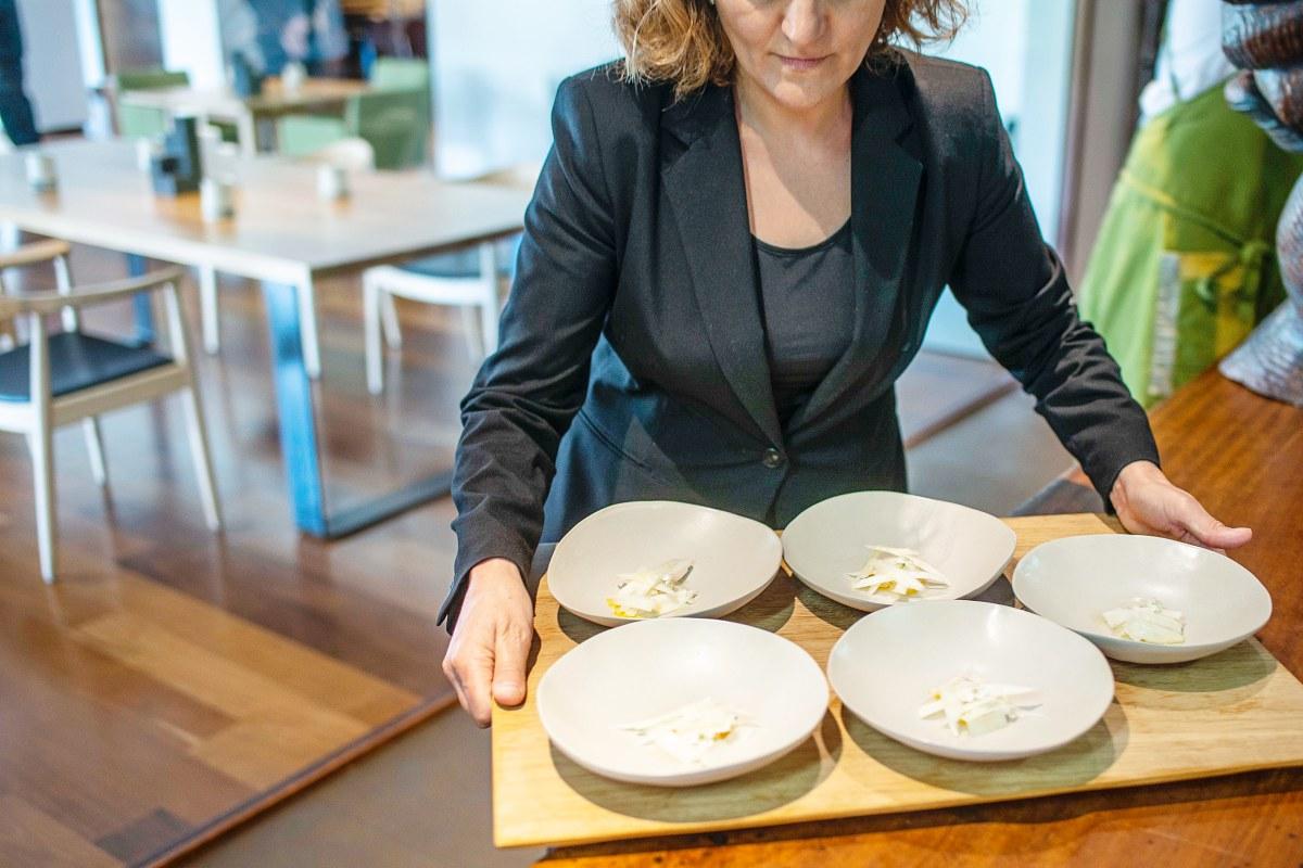 Espárrago blanco, huevo y merluza, camino de la mesa.