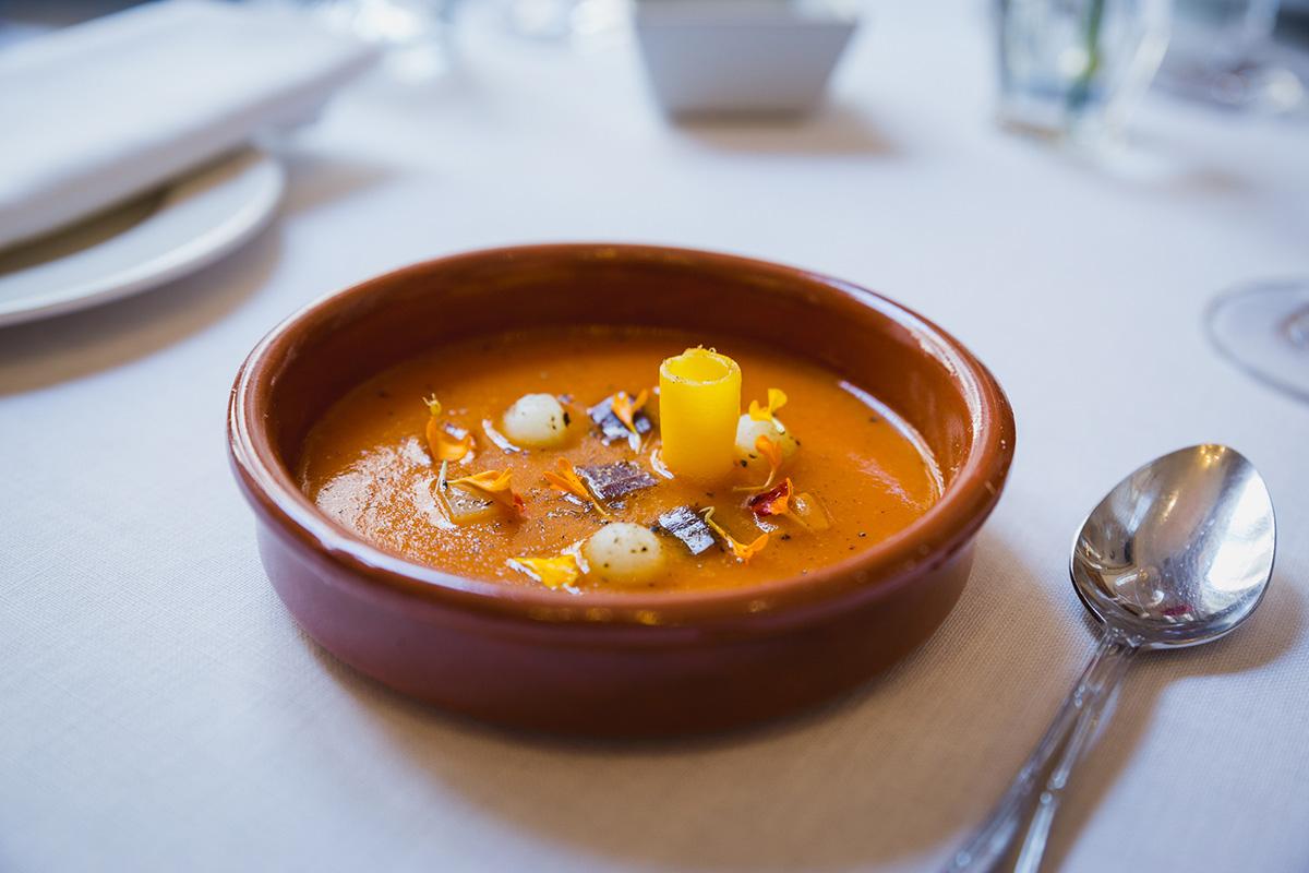 'La Taberna del Alabardero' arranca su menú Murillo con una sopa de tomate especiada con melón y arenque.