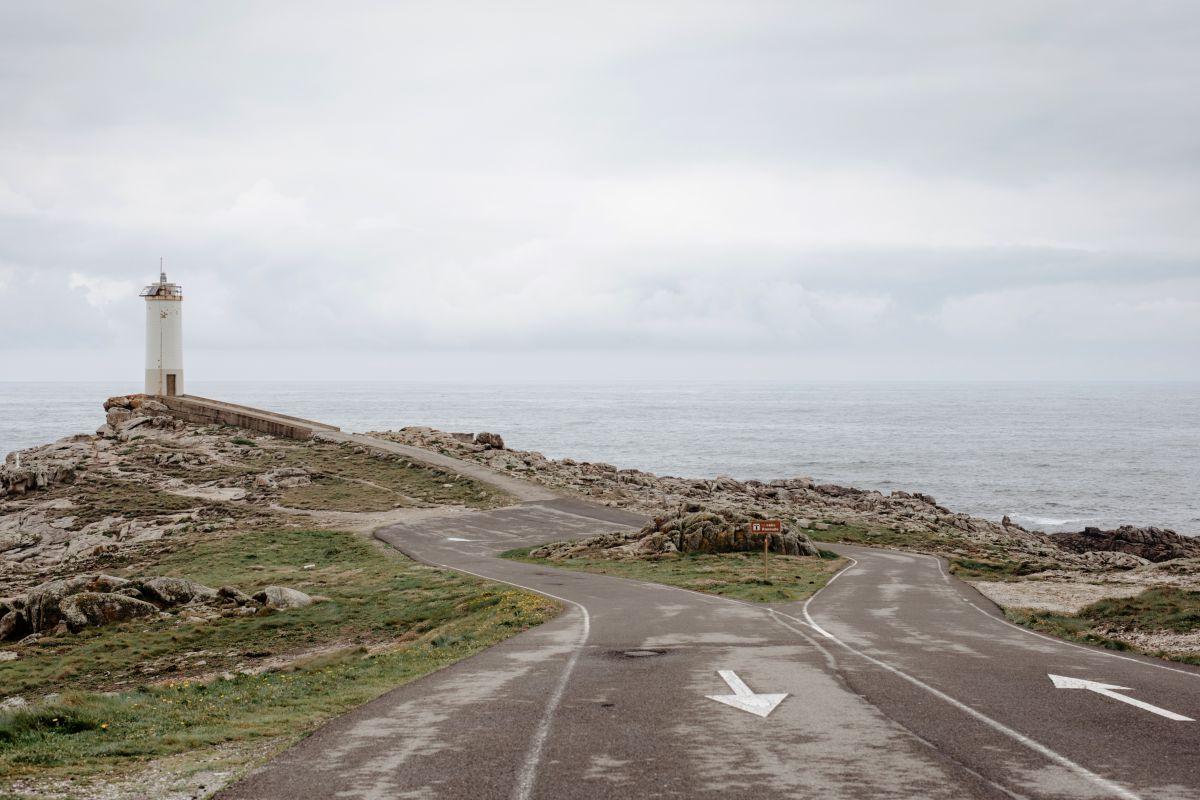 Vista de la carretera que alcanza el Faro de Roncudo en O Camiño dos Faros (Costa da Morte, A Coruña).