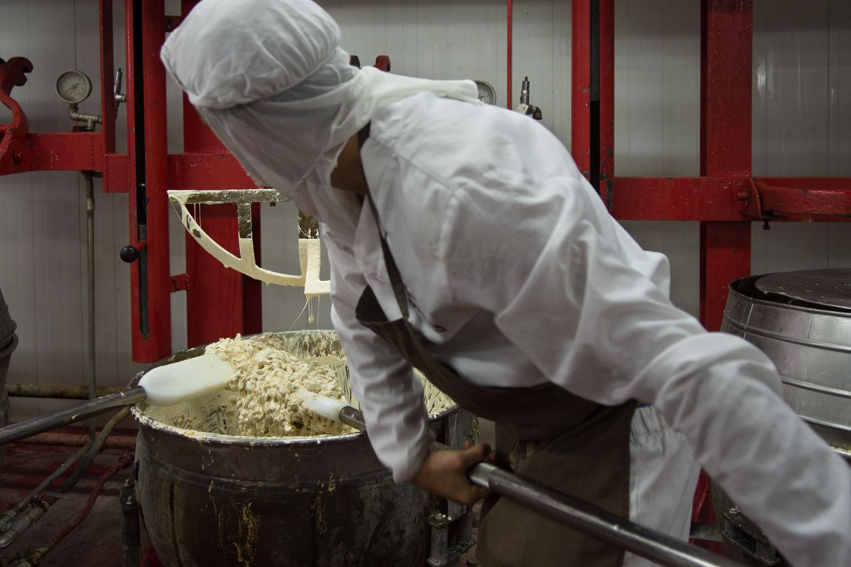 Se incorporan la almendra y se mezclan con palas.