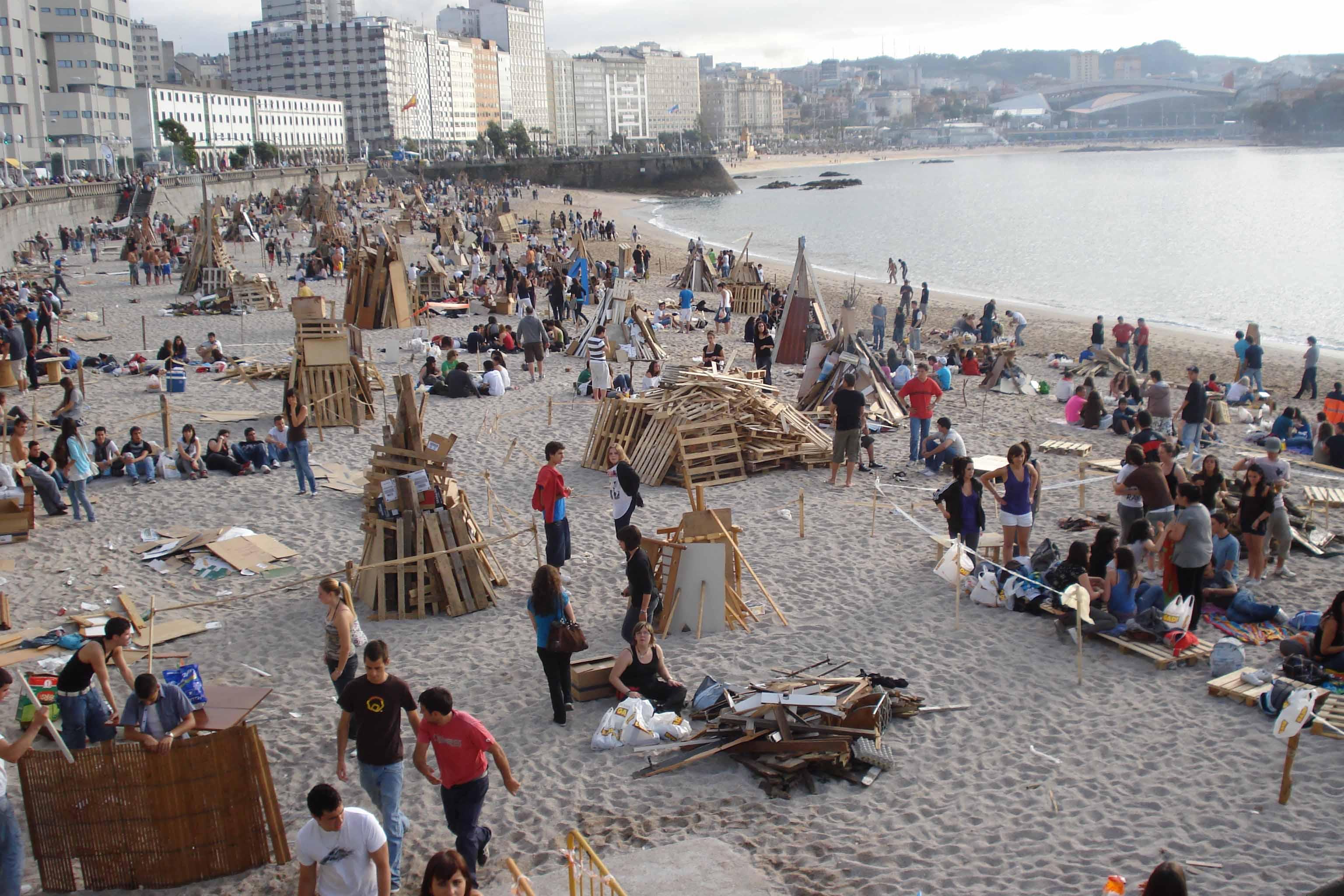 Piras De madera, futuras hogueras en la playa de Riazor. Foto: José Alejandro Carrillo Neira.