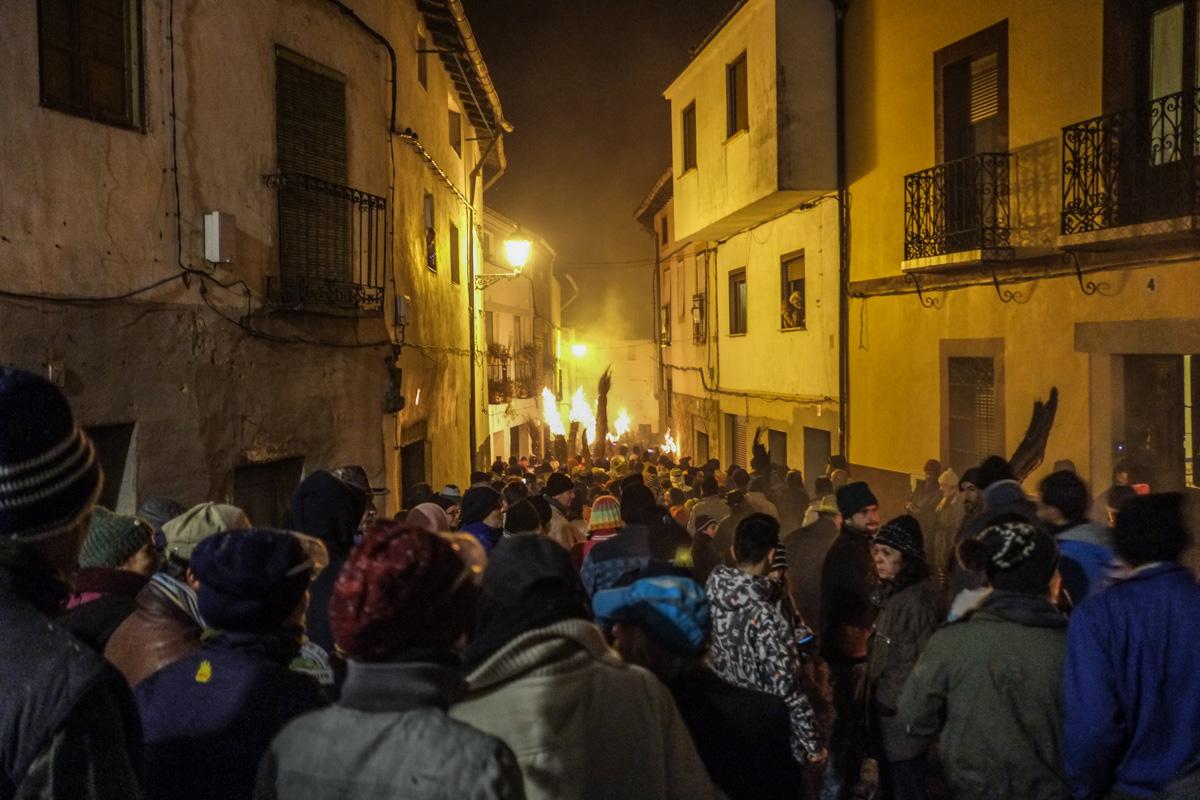 Durante la procesión, los escobones se llevan al hombro.