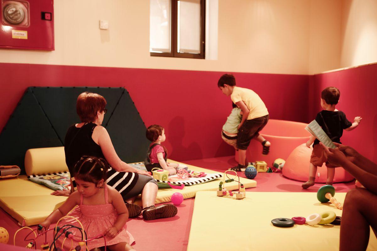 La zona de colchonetas para bebés tiene estructuras móviles y una grada para ver vídeos. Foto: Espacio Abierto.