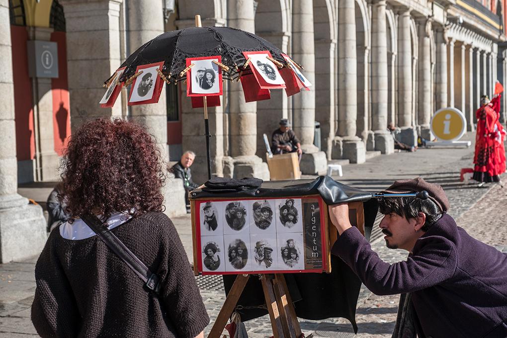 Fotógrafo retratando personas en la Plaza Mayor. Foto: Miquelito. Shutterstock.