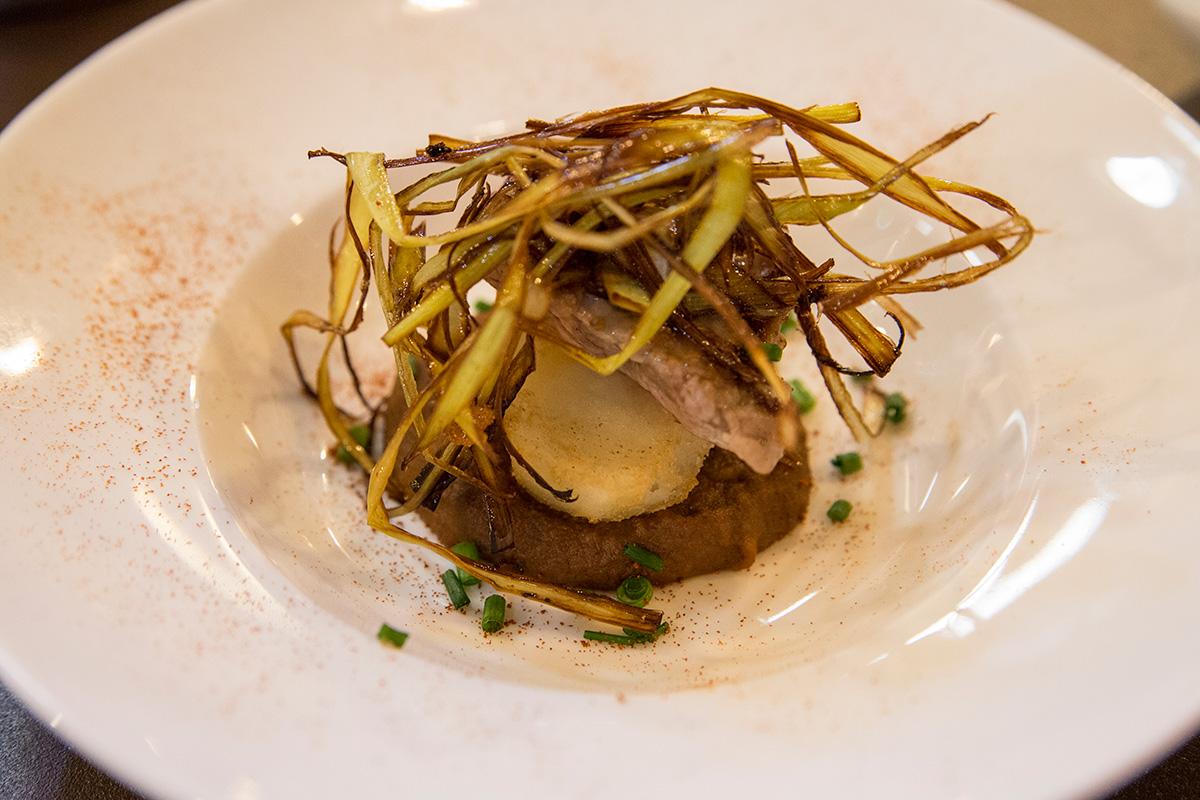 El famoso Ajillo, con crema de almendras, patata cofitada y entrecot, entre otros productos.