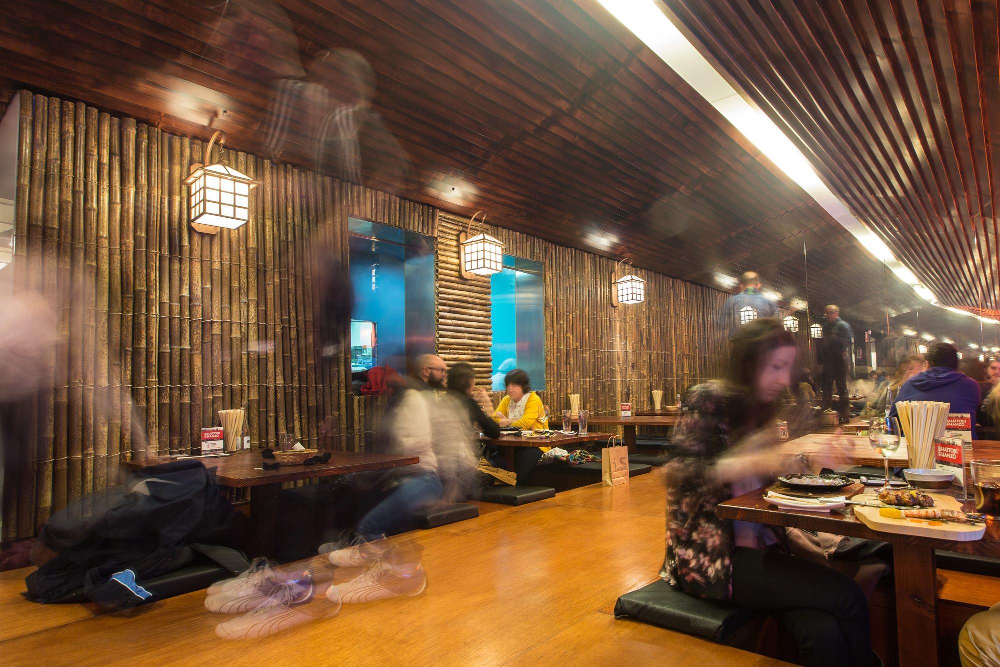 Aquí comer de rodillas tiene truco. Foto: Hattori Hanzo.
