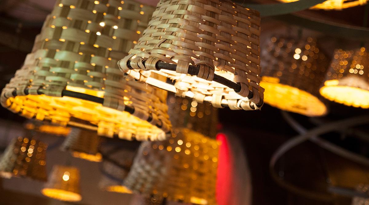 Restaurante Eme Be Garrote Grill: Las lámparas son las cestas con las que se recogían las manzanas para la sidra. Foto: Garikoitz Díaz