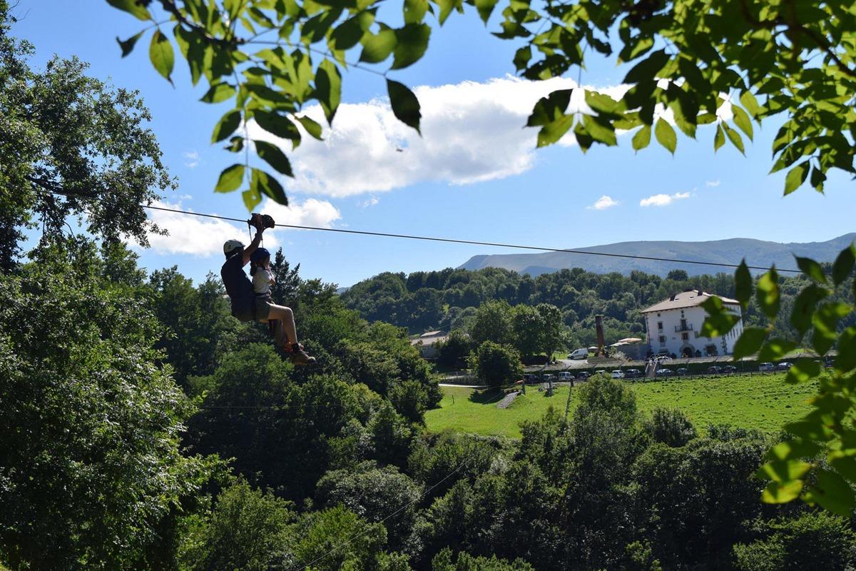 Las tirolinas de IrriSarri Land se ubican en el idílico entorno de Igantzi, en el País Vasco. Foto: IrrirSarri Land.