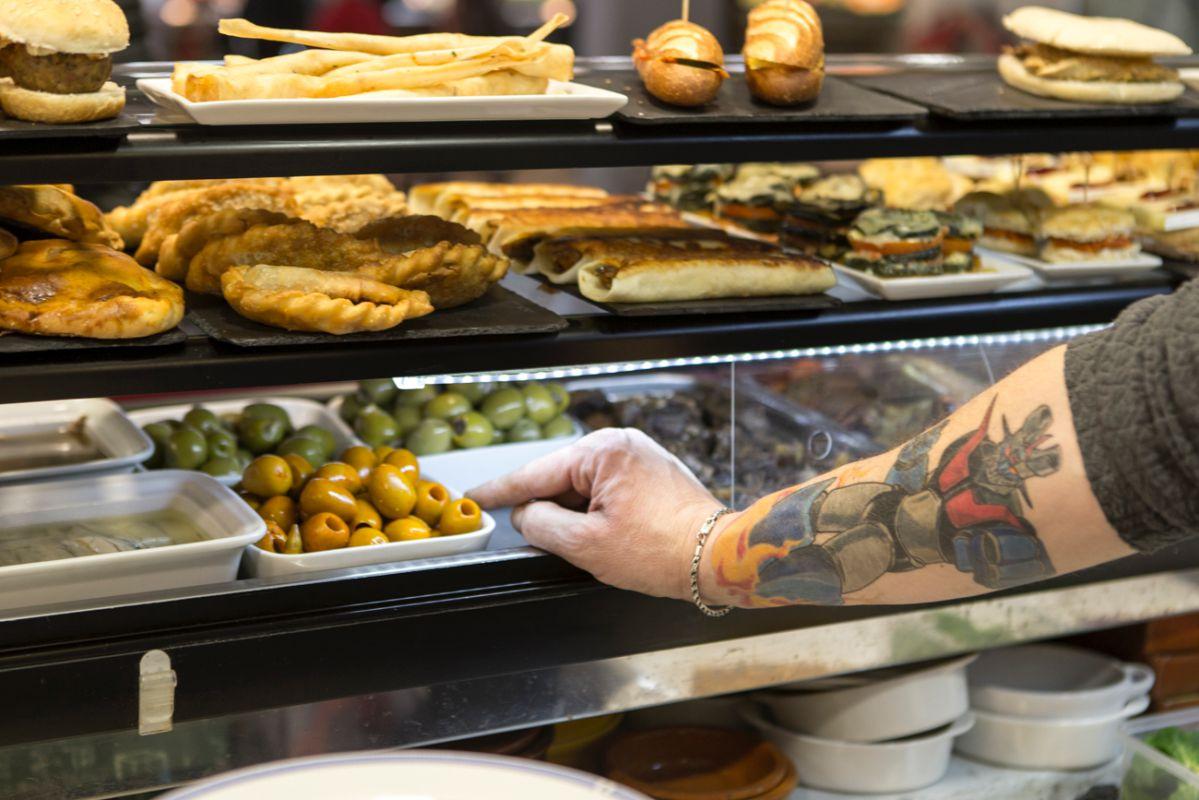 Empanadillas y aceitunas de diferentes variedades.