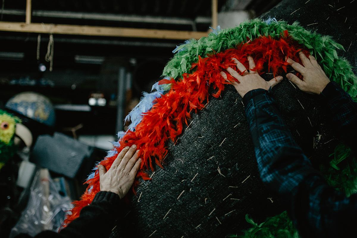 La tela de sombra, prendida con hilo de chorizos, se encola y se le pegan las plumas.