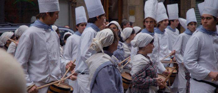 Cocineros con sus barriles durante la tamborrada. Foto: Flickr, Estitxu Carton.