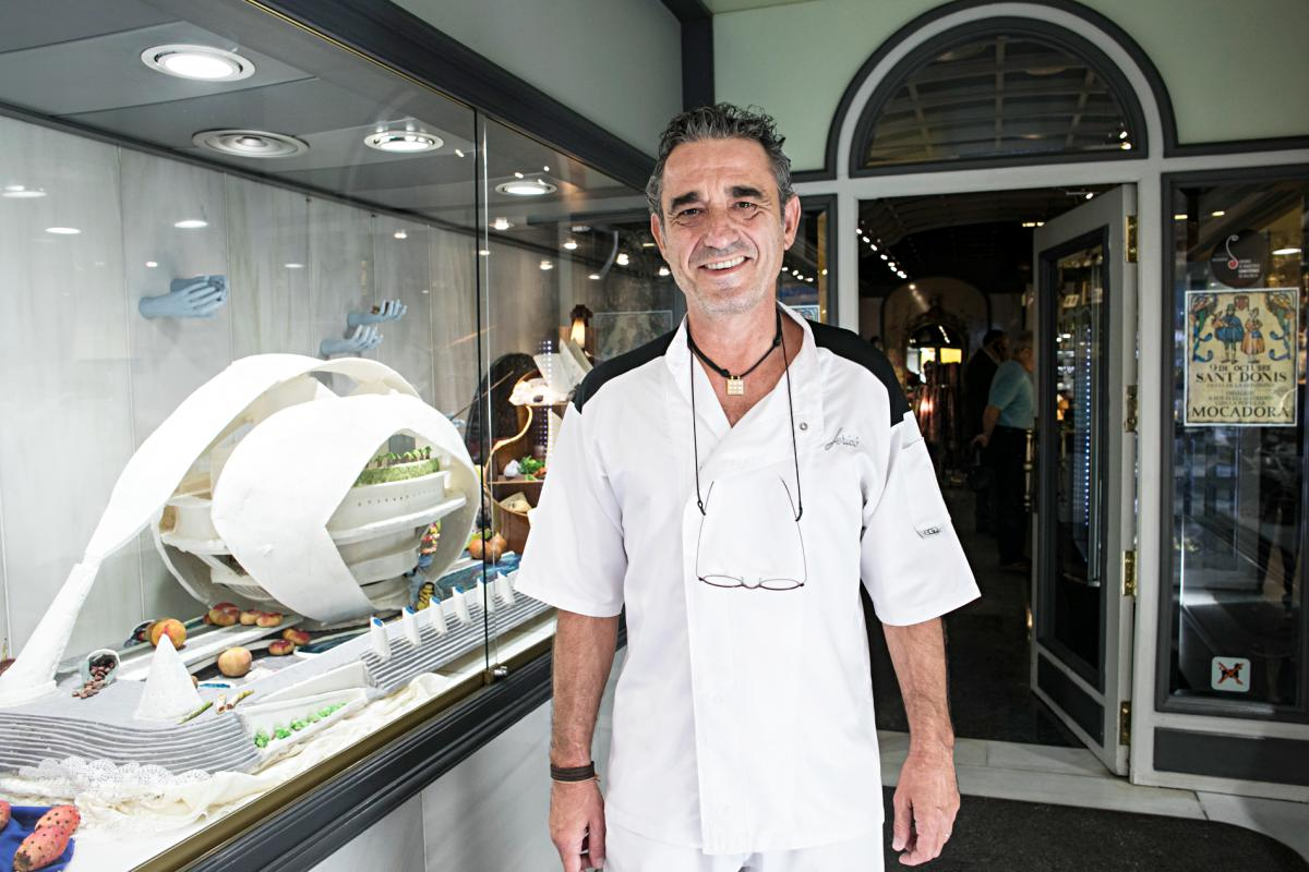 Carlos Jericó, posando ante el escaparate de la pastelería de la familia.