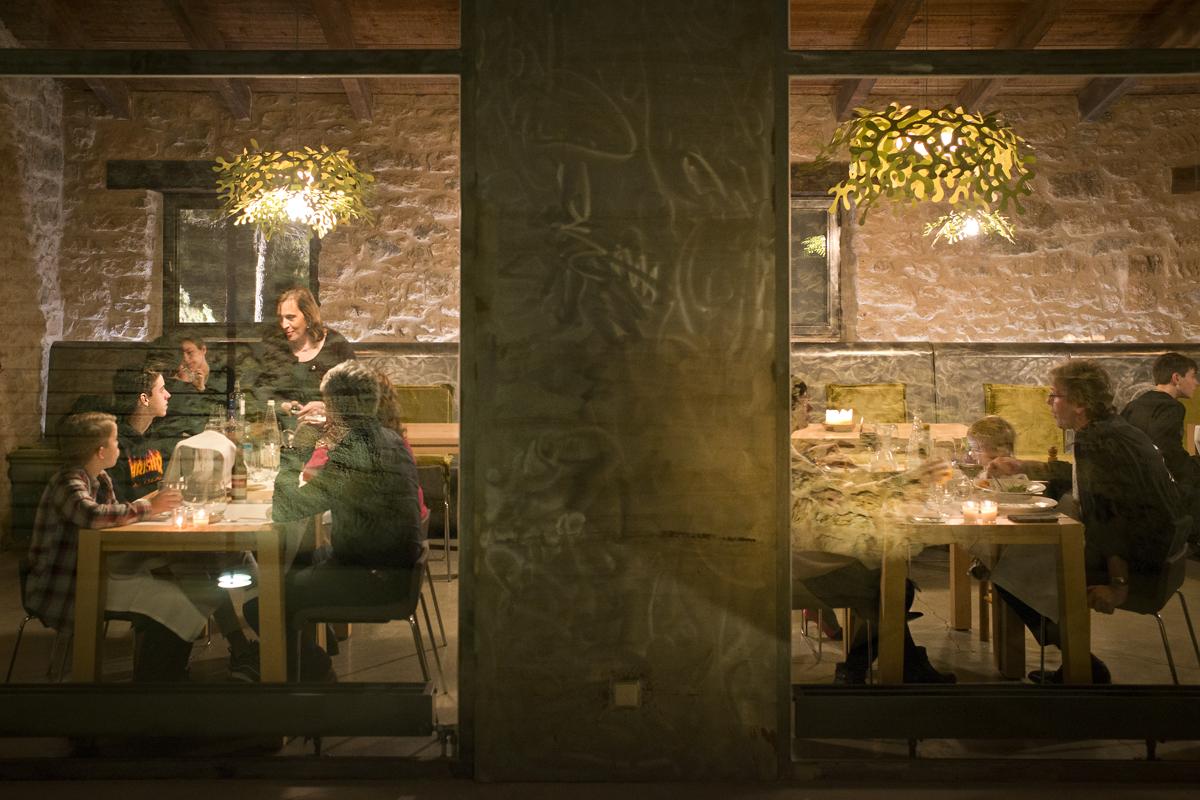La cálida atmósfera del comedor a la hora de cenar.