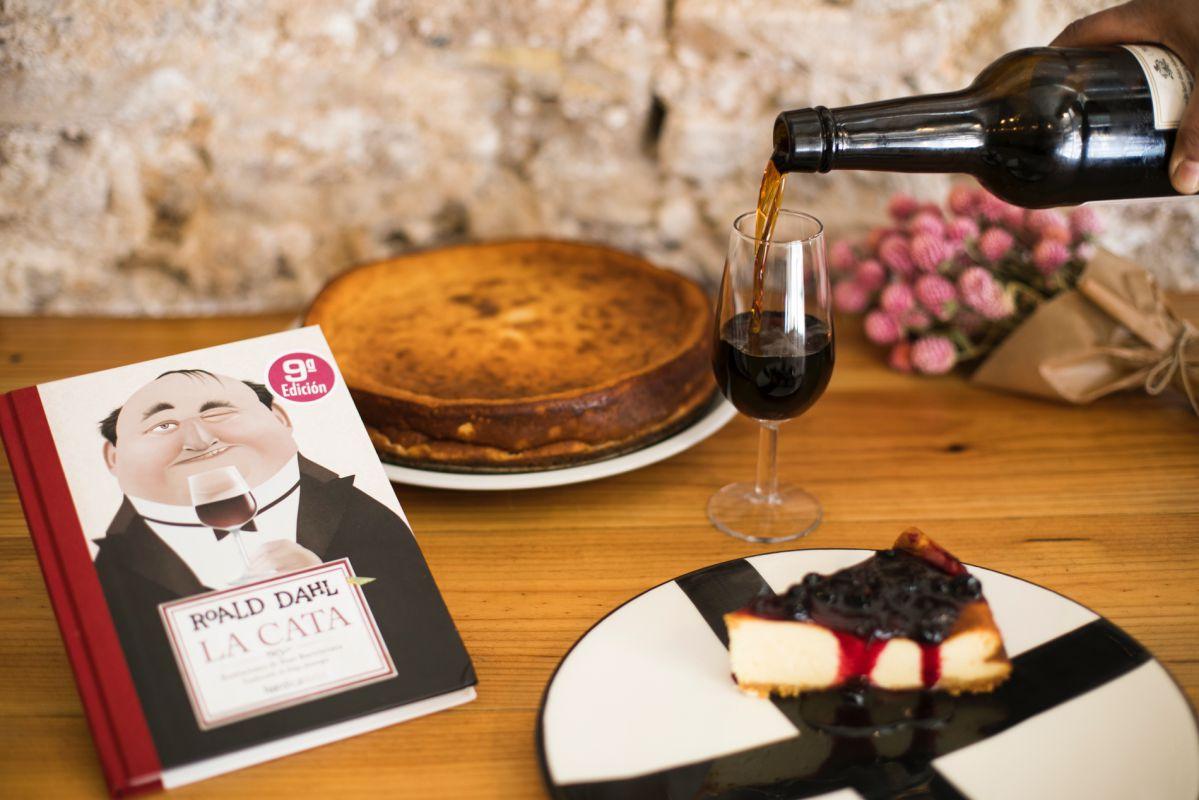 Roald Dahl escribe este éxito de ventas que transcurre durante una cena. Copita de moscatel y tarta para aderezarlo.
