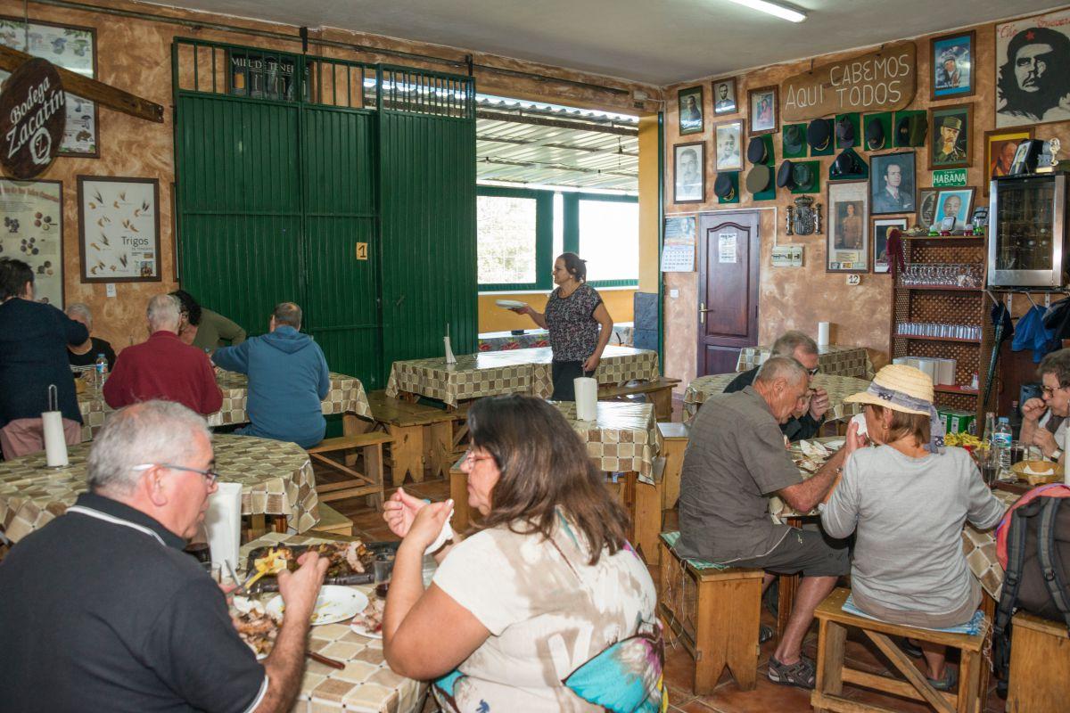 El comedor del guachinche Bodega El Zacatín, en Tenerife, lleno de gente local y turistas en sus mesas.