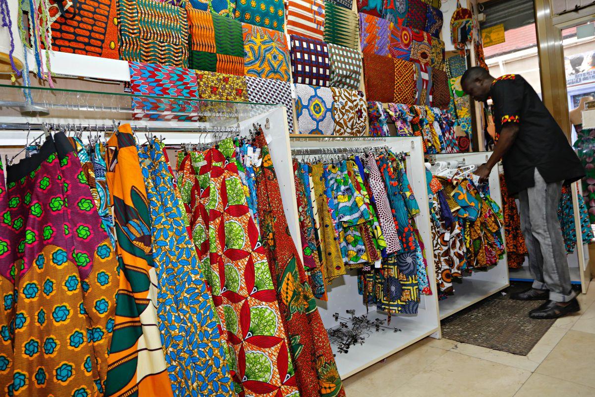 Las paredes de Folklores están llenas de retales de telas de batik con estampados típicamente africanos.