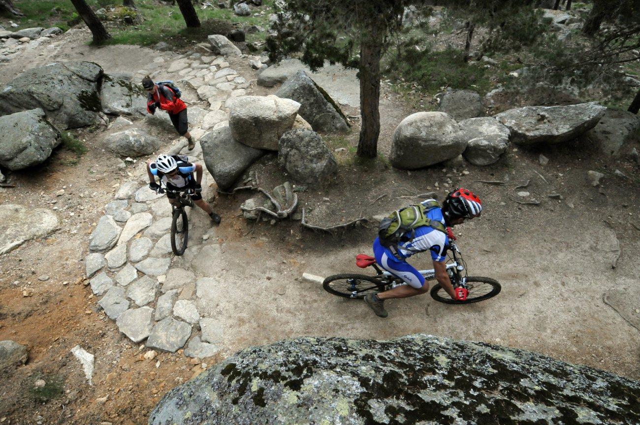 Parque Nacional de Guadarrama: Ciclista y excursionista en el camino Smith