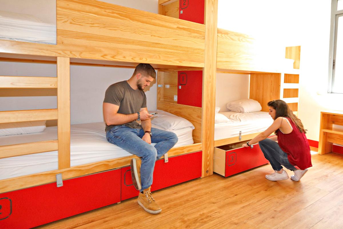 Este alojamiento casi gigante cuenta con 45 habitaciones, tanto privadas como para compartir.