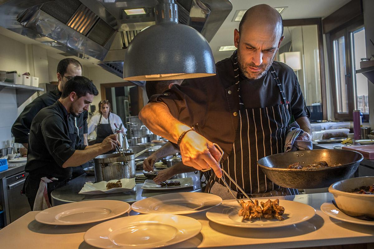 Luis Alberto Lera, en los fogones de su restaurante.