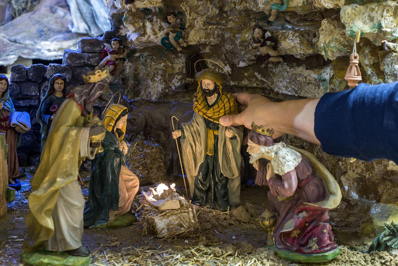 Las figuras del actual misterio son de marmolina y pintadas a mano por Manuel.