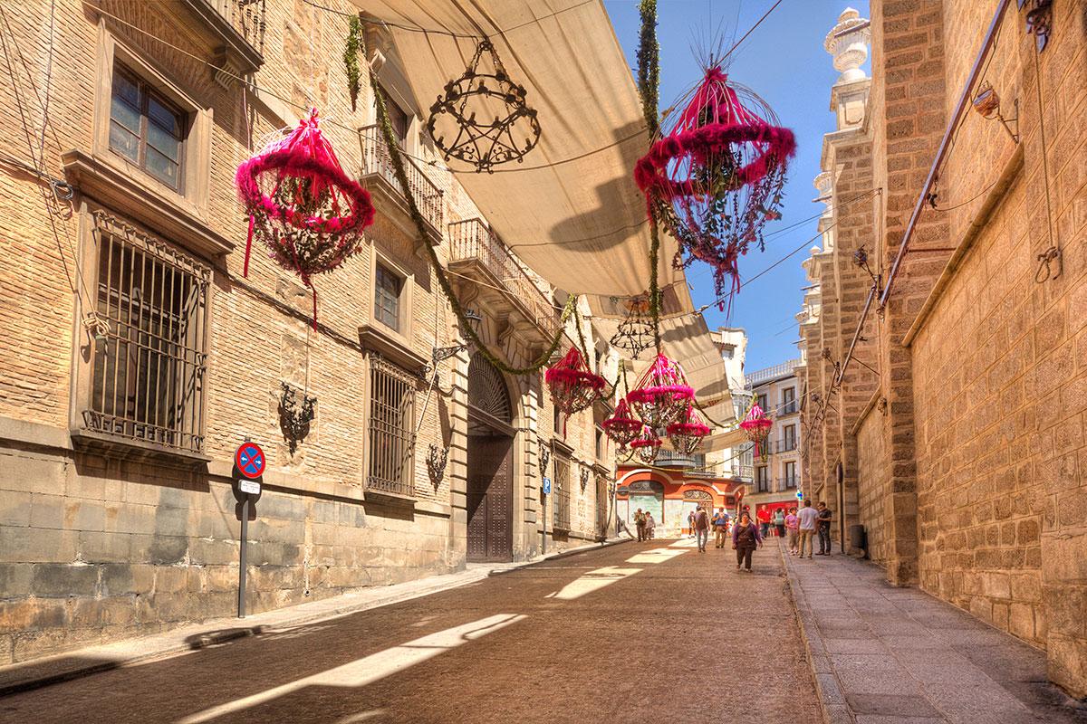 Calle de Toledo engalanada para el gran día. Foto: Shutterstock
