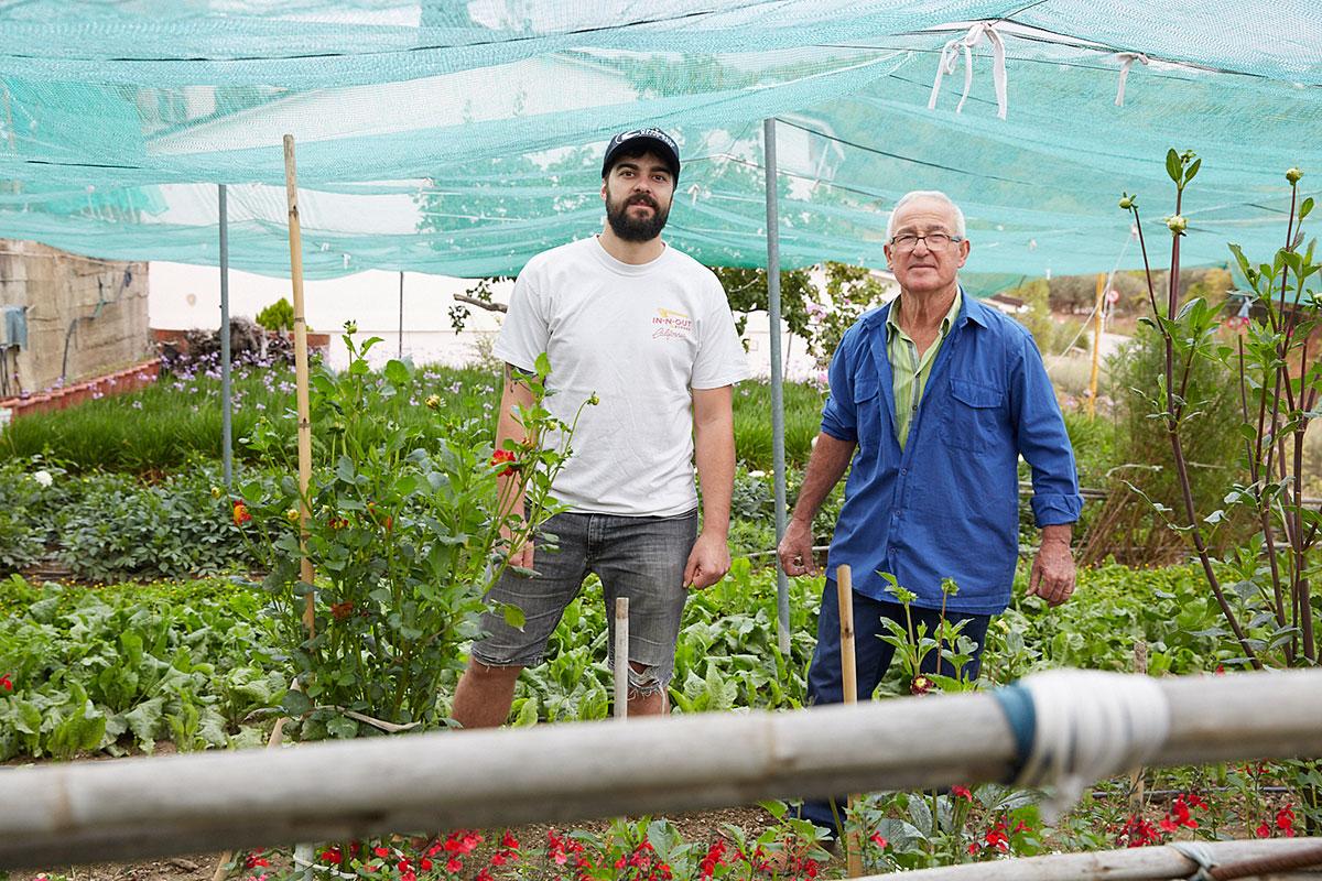 Xavi Petràs y José Grima son los encargados de cuidar y comercializar las flores en el Mercado de La Boquería.