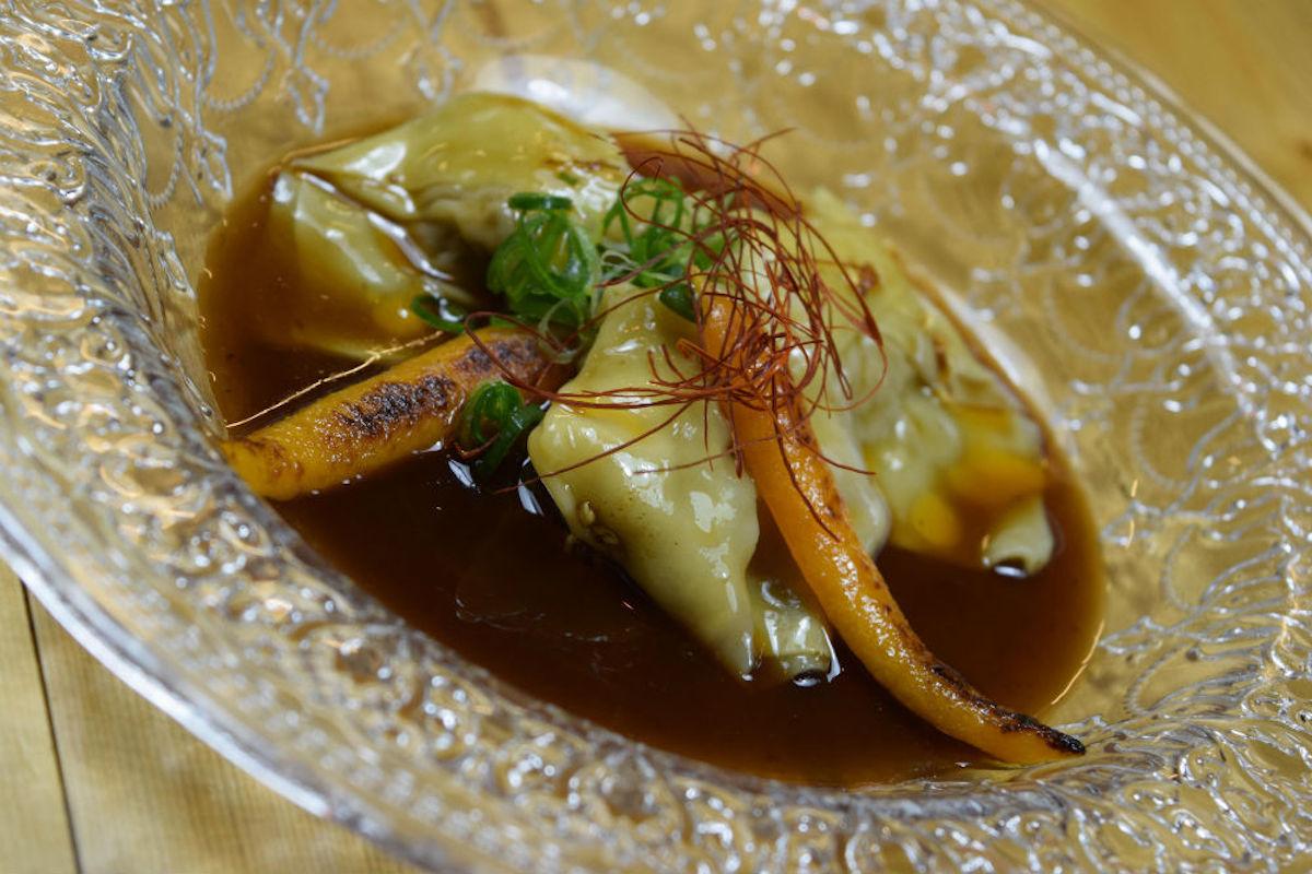 Begihaundi con salsa de chile dulce y pimiento rojo, boloñesa de sus patatas con calabacín y queso azul, Kimtxu.