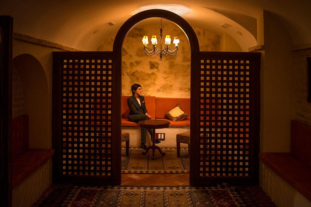 Mujer sentada en la tetería del hotel